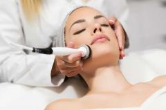 Frau bekommt Ultraschallbehandlung im Gesicht