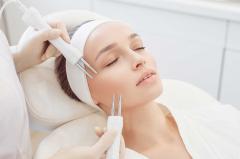 Frau mit kosmetischer EMF Behandlung im Gesicht