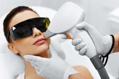Frau bekommt Laserbehandlung im Gesicht