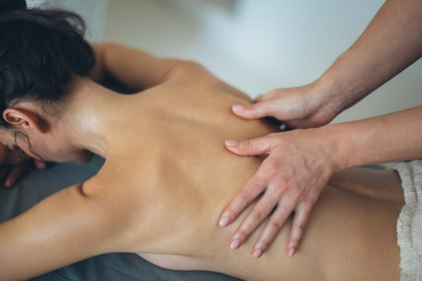 Frau erhält Massage auf Liege