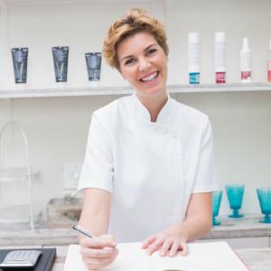 Kosmetik-Quereinsteigerin im eigenen Studio