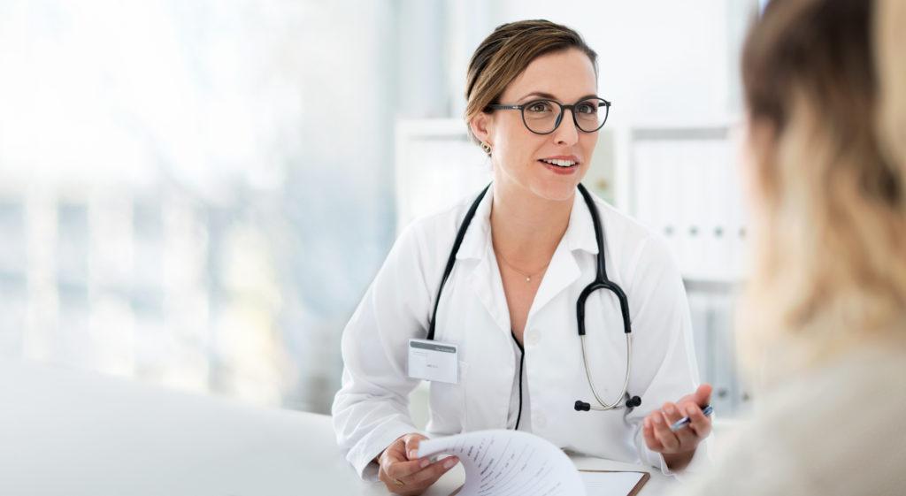 Heilpraktikerin mit Patientin im Gespräch